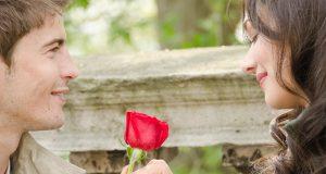 Homem dando uma rosa