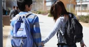 Jovens namorando no colégioJovens namorando no colégio