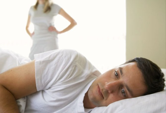 Homem chateado na cama