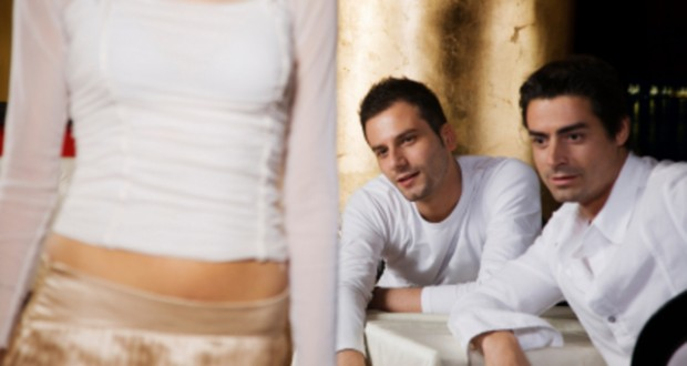 Homens babando por mulher gostosa