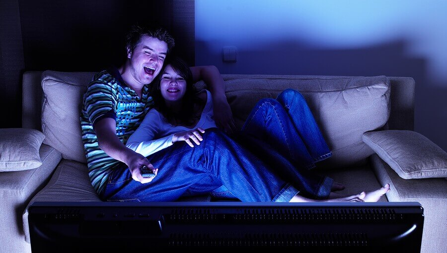 Casal vendo TV