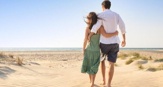 Casal caminhando na praia