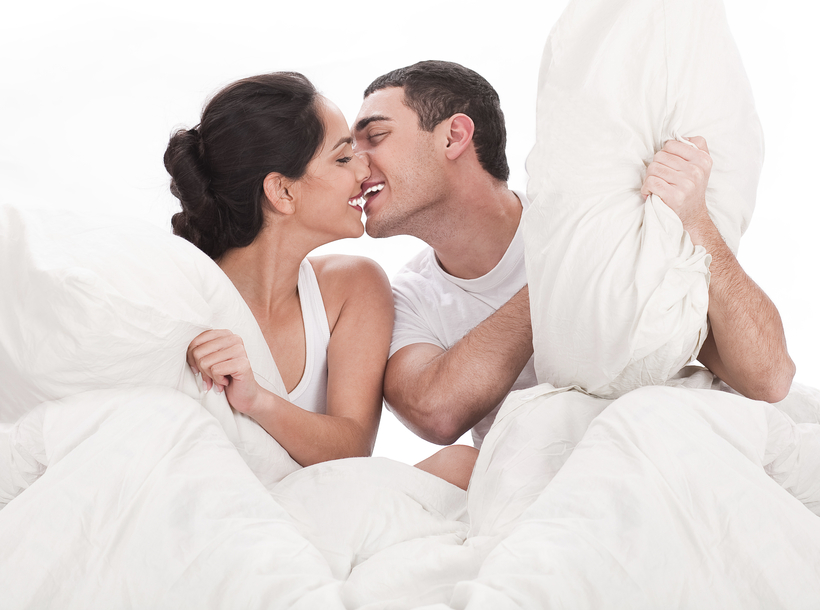 Casal brincando na cama