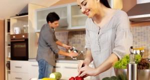 Casal feliz na cozinha