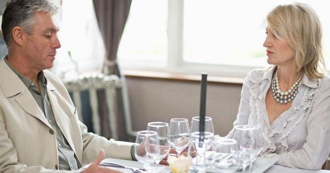 Casal em silêncio no jantar