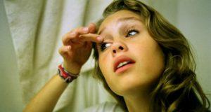 Menina se maquiando