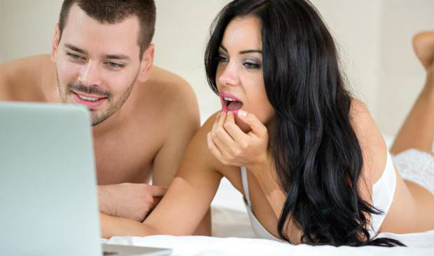 Casal vendo pornô