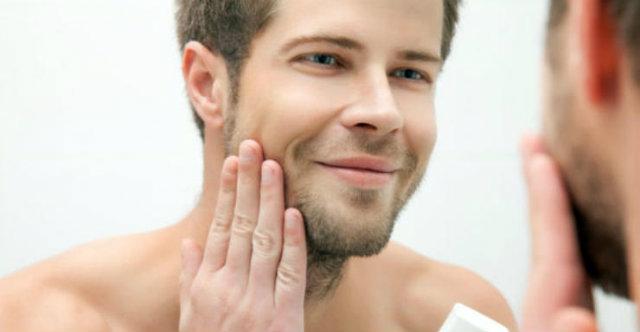 Homem fazendo barba
