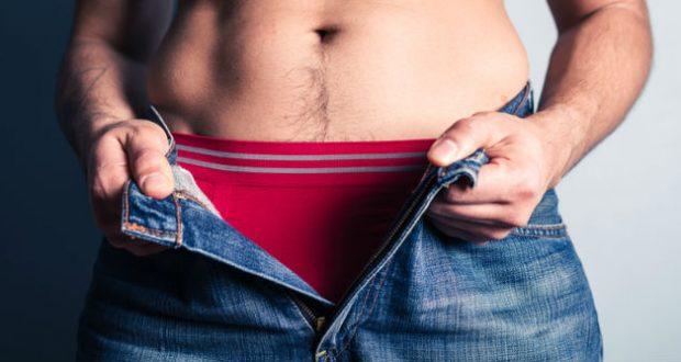 Homem abrindo calça
