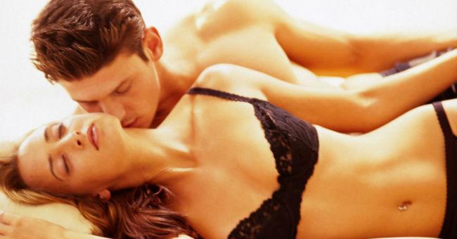 Homem beijando pescoço da-mulher