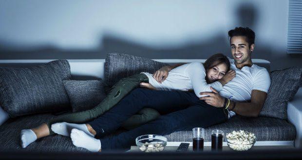 Casal assistindo a TV