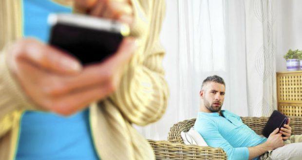 Mulher traindo no celular