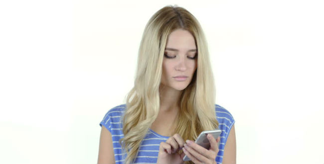 Mulher olhando smartphone