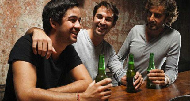 Homens no bar