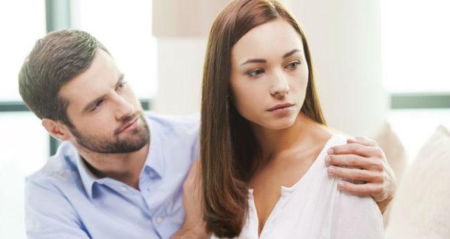 Mulher chateada com parceiro