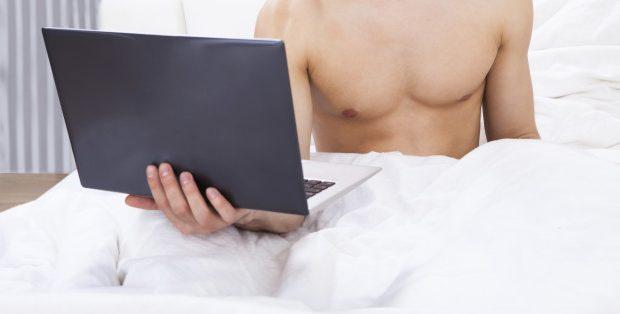 Homem vendo pornô