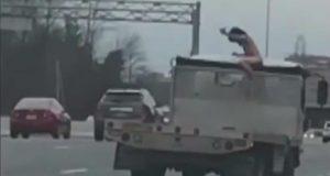 Homem nu esfaqueia caminhão