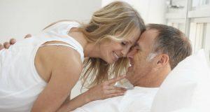 Casal mais velho na cama